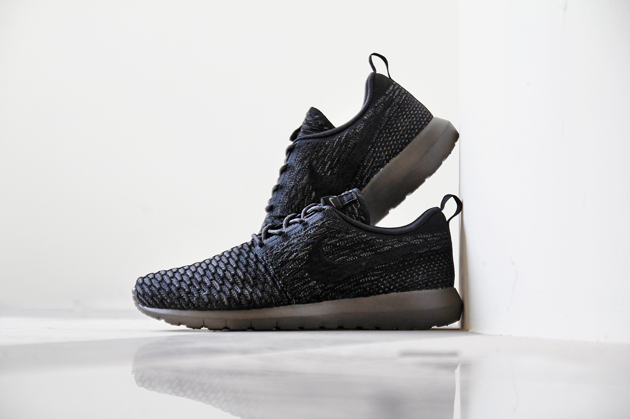 a closer look at the nike flyknit roshe run midnight fog. Black Bedroom Furniture Sets. Home Design Ideas