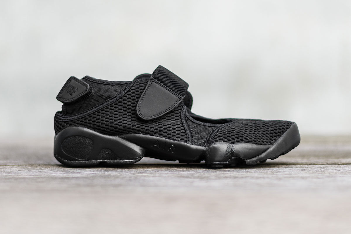the nike air rift gets a menacing black colorway hypebeast. Black Bedroom Furniture Sets. Home Design Ideas