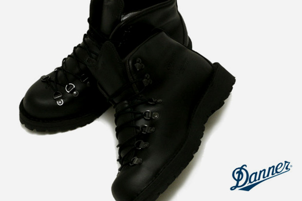 danner-mountain-light-gore-tex-black-out