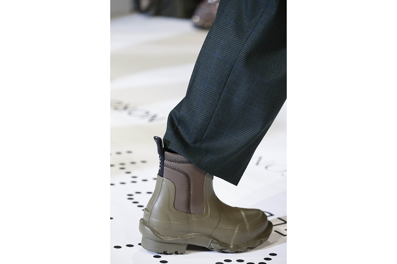 "Stella McCartney x Hunter Wellington Boots Sustainable Rubber Release Information ""Clatter Grey"" Exclusive Colorway Footwear Collaboration Fall Winter 2019 FW19 Runway Paris Fashion Week ""Black"" ""Olive"""