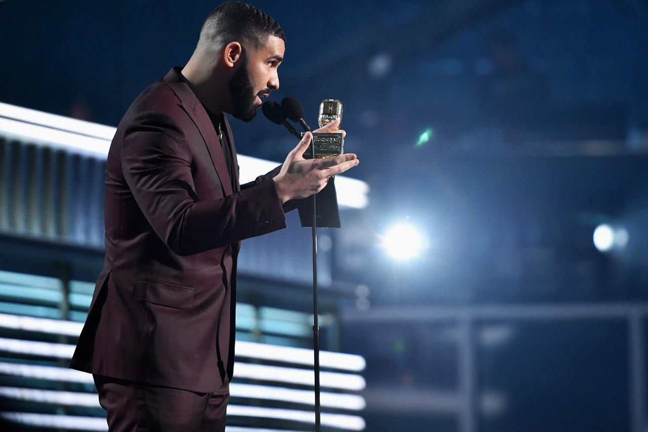 《Game Of Thrones》魅力持续!Drake 于 Billboard 颁奖典礼上致敬 Arya Stark